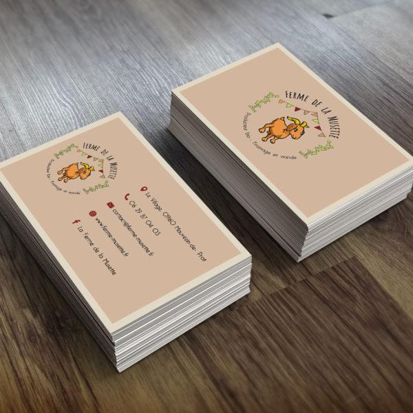 carte de visite marron avec logo sur une planche en bois
