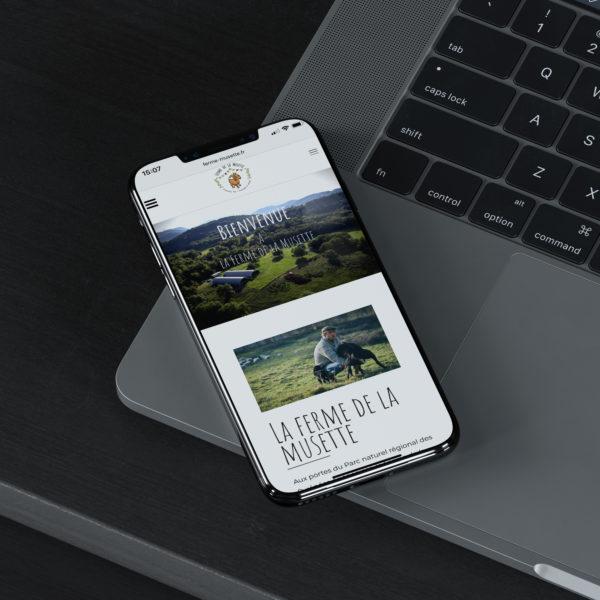 macbook et iphone avec le site web la ferme de la musette
