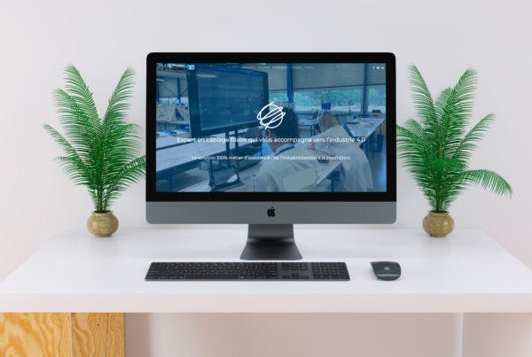 ordinateur avec une site internet sur un bureau blanc et deux plantes