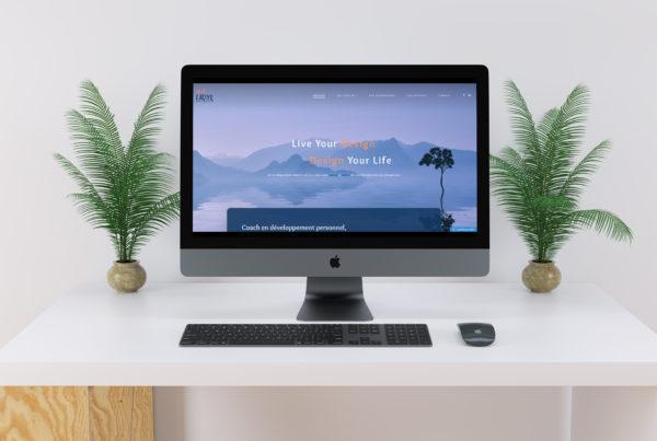 imac sur un bureau blanc avec des plantes